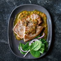 Tuna steak with pepper sauce
