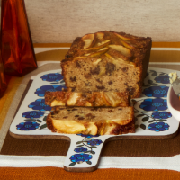 Fruited apple and almond tea loaf