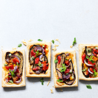 Mediterranean tarts with vegetables & houmous