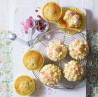 Shimmering cupcakes with white chocolate, vanilla and strawberry