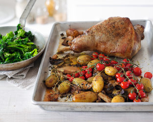Roast lamb with potatoes & thyme