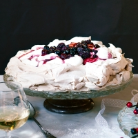 Brown sugar meringue with cinnamon cream and spiced winter fruits