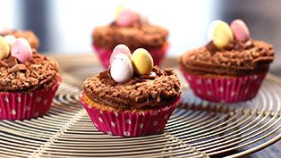 Cupcakes decorating idea: Easter egg nests