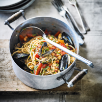 Elly's spaghetti with mussels, chickpeas & tomatoes