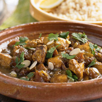 Aromatic chicken with almonds and apricots