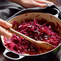 Braised red cabbage with apple