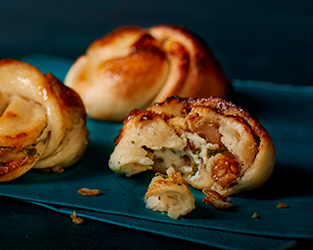 Blue cheese and walnut pizza knots