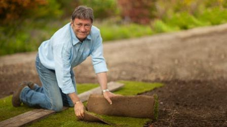 Alan Titchmarsh's Summer Garden - How to create a lawn using turf